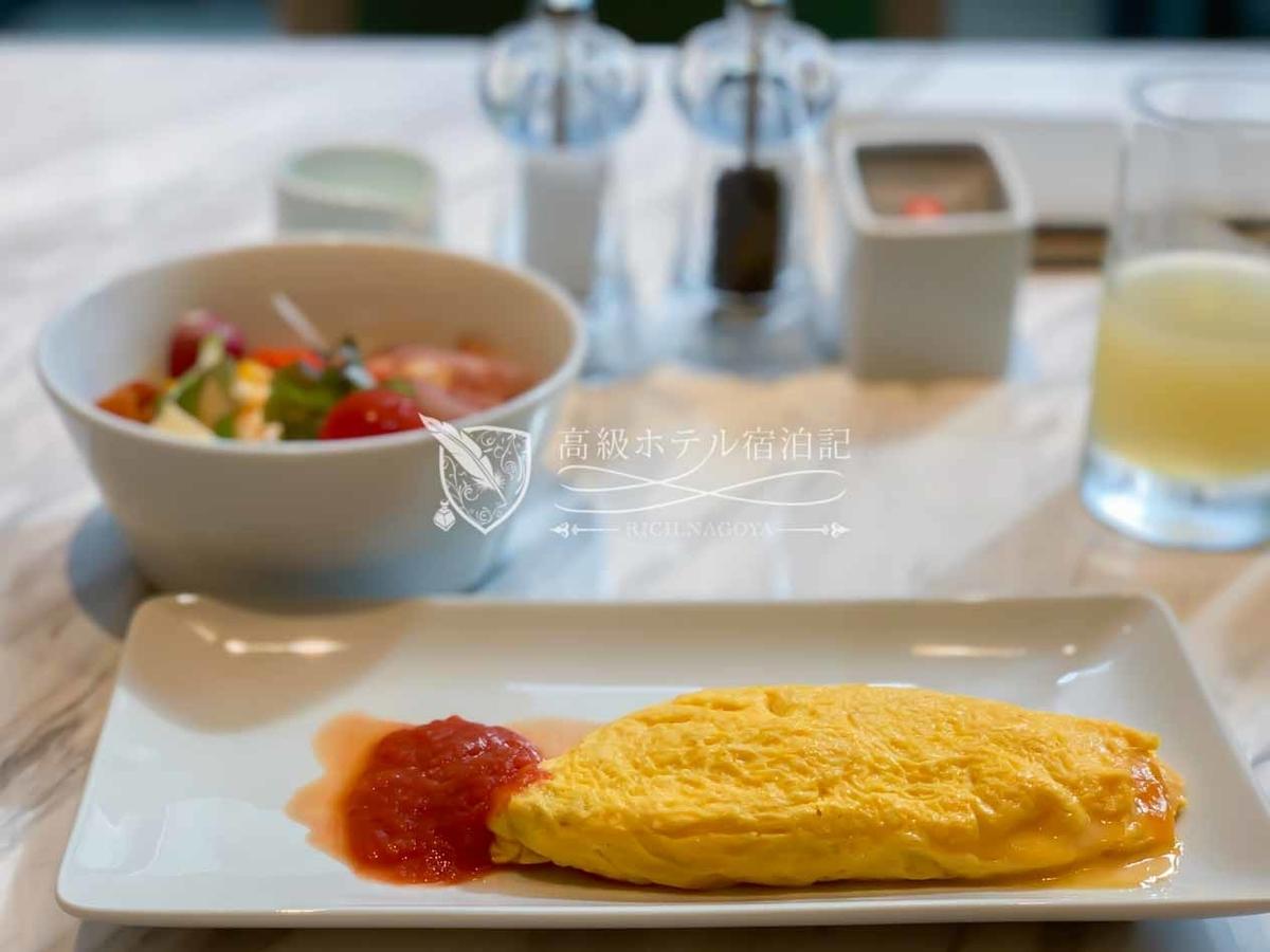 朝食の卵料理オムレツ(オニオン+チーズ)の焼き加減がふわふわとろとろで美味。