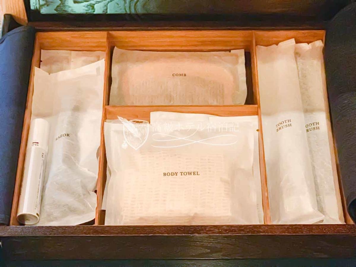 パークハイアット京都 Park Hyatt Kyoto:歯ブラシやコットンセットなどの備品は、木箱の中に用意。客室に用意されていない備品はサービスデスクに依頼することで貸出・支給が可能。