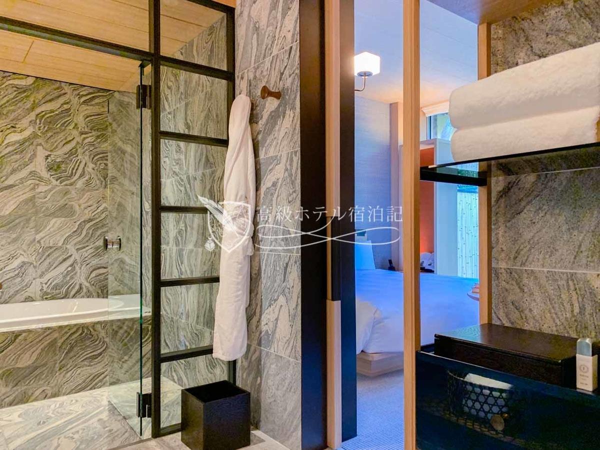パークハイアット京都 Park Hyatt Kyoto:浴室にかけられたバスローブ