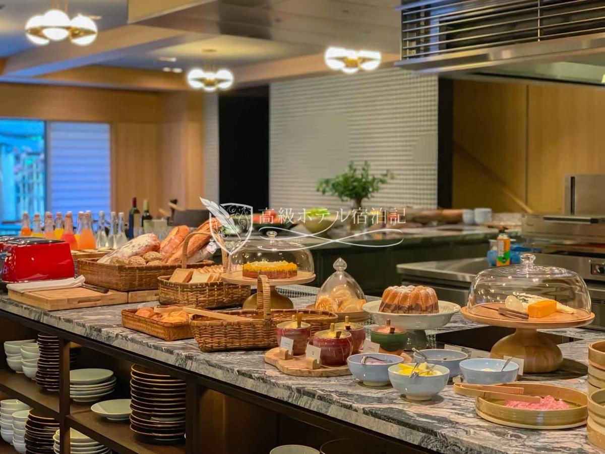 パークハイアット京都 Park Hyatt Kyoto: KYOTO BISTRO 朝食 オープンキッチンを使用したビュッフェテーブルに用意されたコールドミール