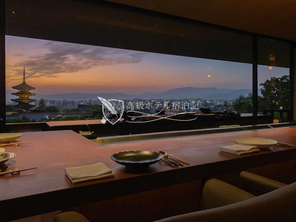パークハイアット京都 Park Hyatt Kyoto: 鉄板焼「八坂」 八坂の塔や京都の街並みを望むカウンター席 晴れた日の夕暮れ時の景色がおすすめ
