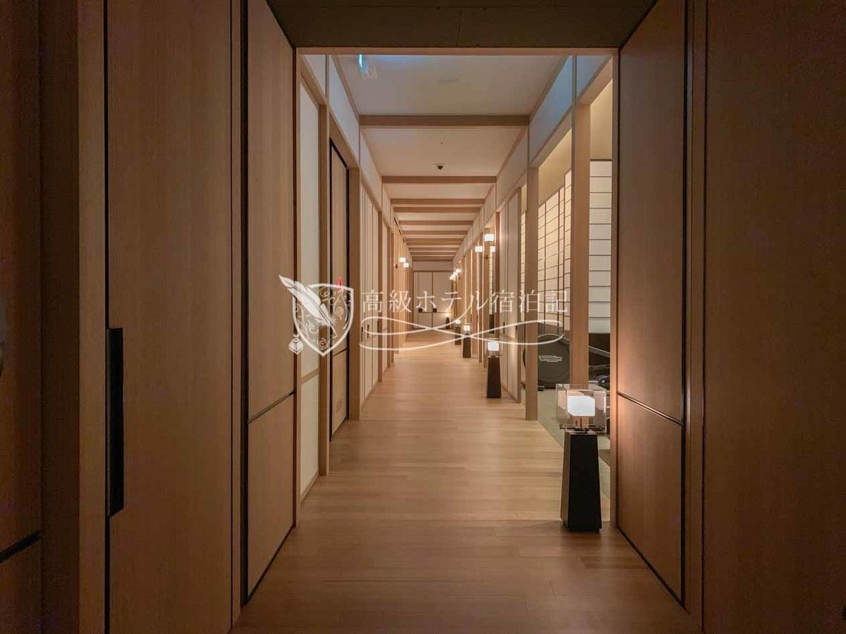 パークハイアット京都 Park Hyatt Kyoto:3階のフィットネスエリアの通路、手前にはフィットネスセンター、奥には更衣室・浴場・サウナを備えたバスハウス(Bath House)がある。