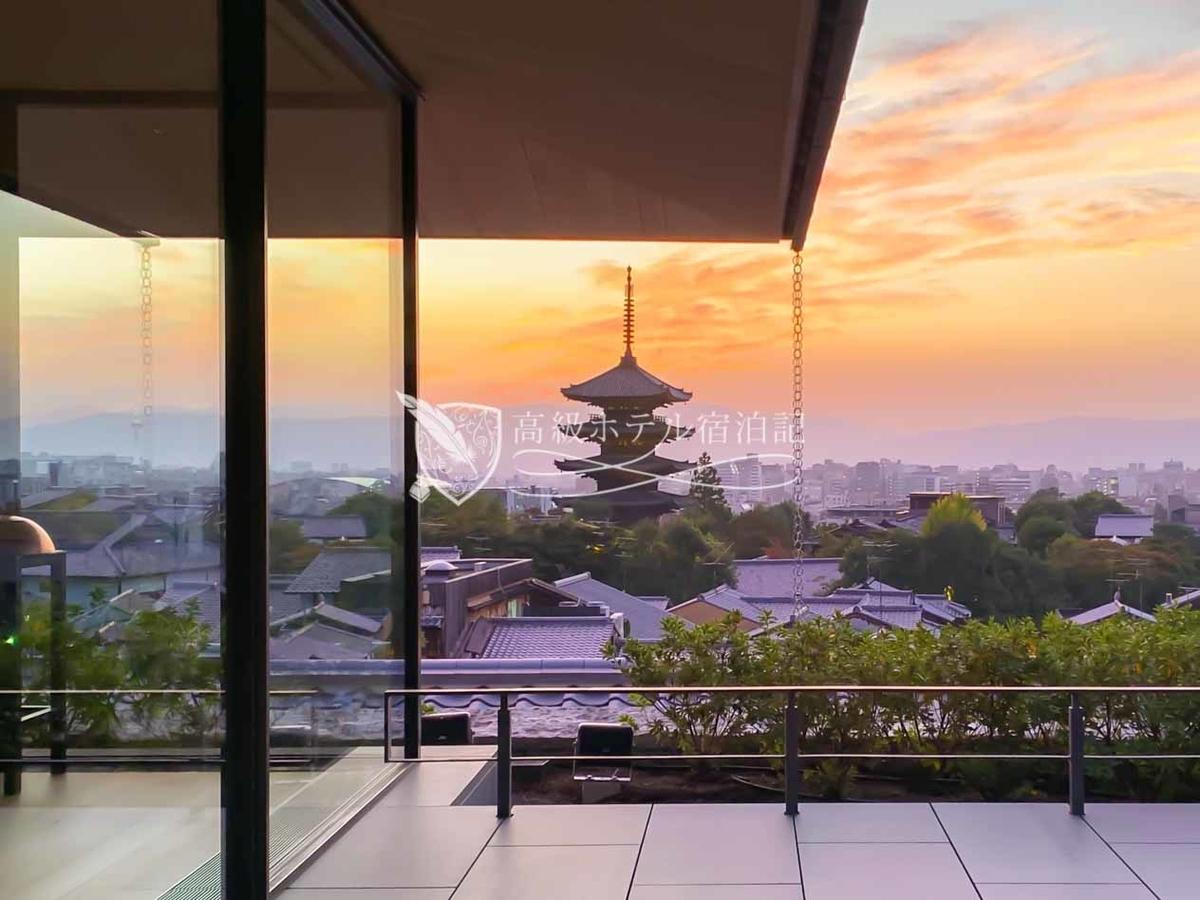 パークハイアット京都 Park Hyatt Kyoto:4階のレストランフロアのテラスは、八坂の塔や京都の街並みを望むホテル自慢の絶景スポット。晴れた日は夕暮れ時がおすすめ。