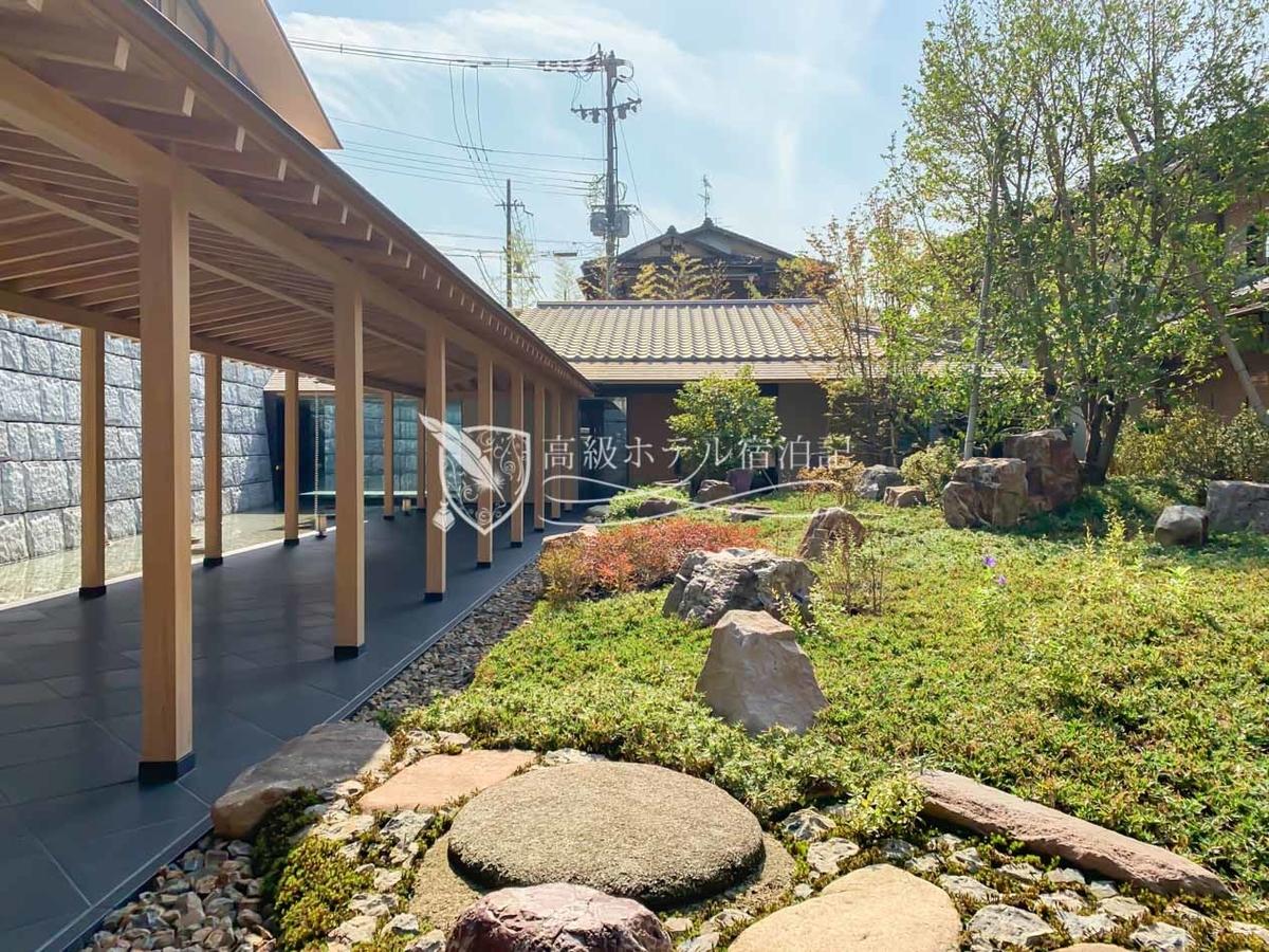 パークハイアット京都 Park Hyatt Kyoto:エントランス付近の中庭。インテリア設計はおもにアンダーズ東京やパークハイアット上海を手掛けたトニー・チー氏、作庭は高台寺の庭園などを手掛けた北山安夫氏が担当。