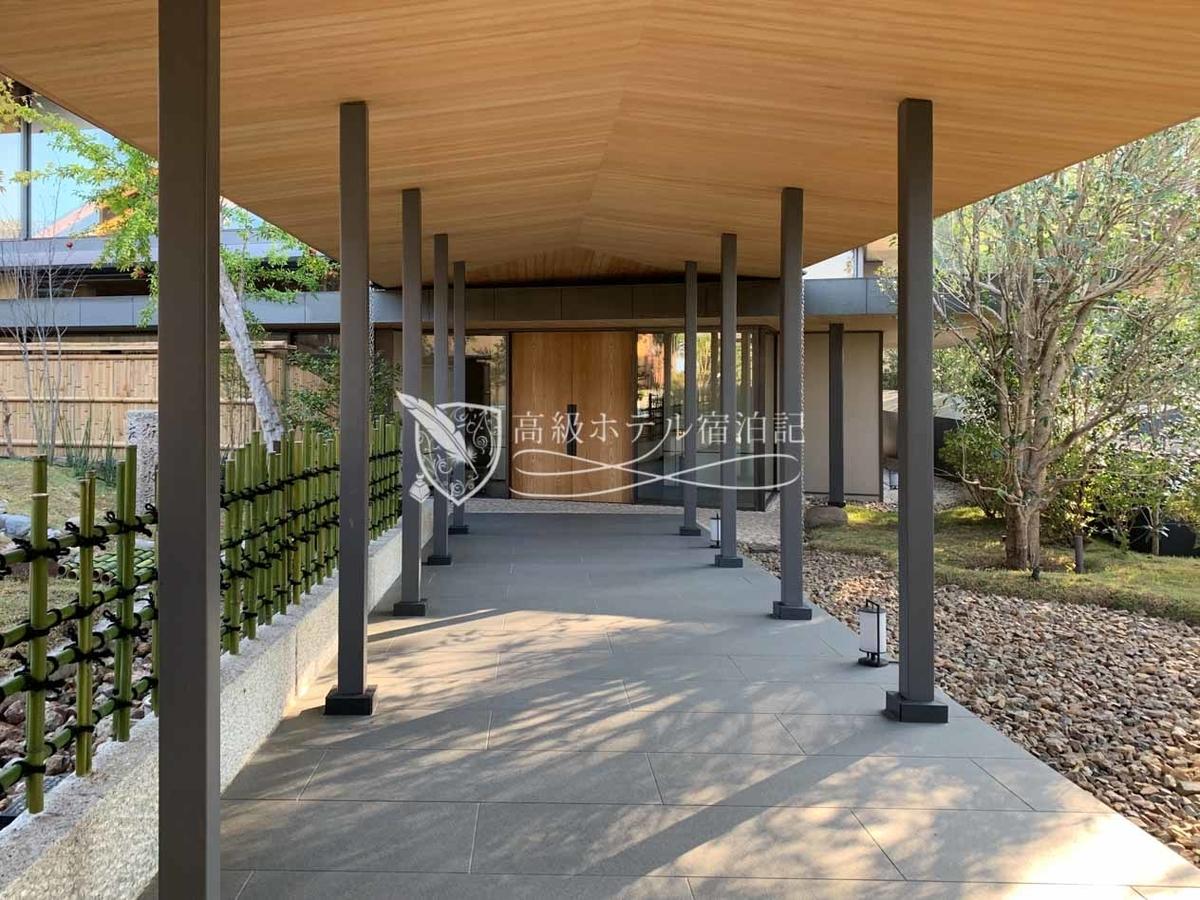パークハイアット京都 Park Hyatt Kyoto: 5階~7階の客室のある棟に向かう通路。脇には料亭「山荘 京大和」の日本庭園。