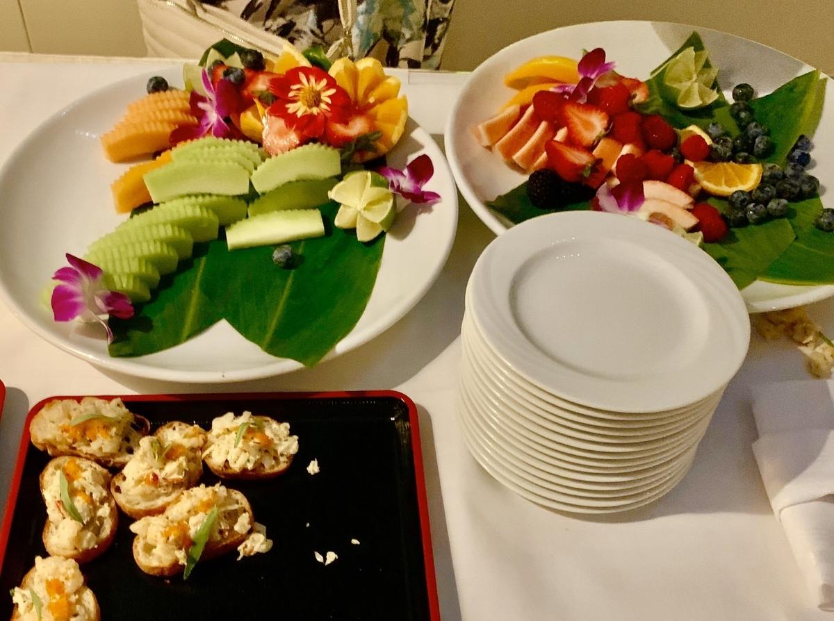 カクテルパーティーで提供されたカナッペとフルーツ