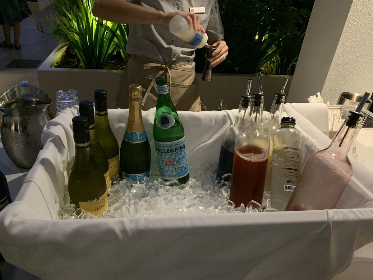 ドリンクはスタッフに注文して作ってもらうスタイルでビール、カクテル、ワインに至るまで、多様な飲料が用意されている。