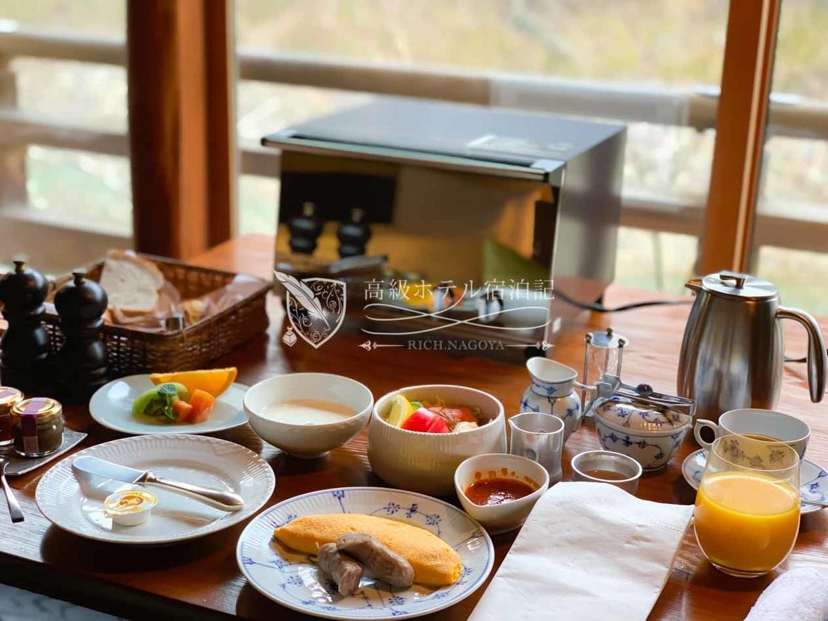 客室から桂川を眺めながら優雅な朝食。朝食はルームサービスのみで指定時間にデリバリーされる。ダイニングでの提供はありません。料金は洋朝食が2,800円または3,300円、和朝食は3,800円(税サ別)。星のやは朝食のクオリティが高い!