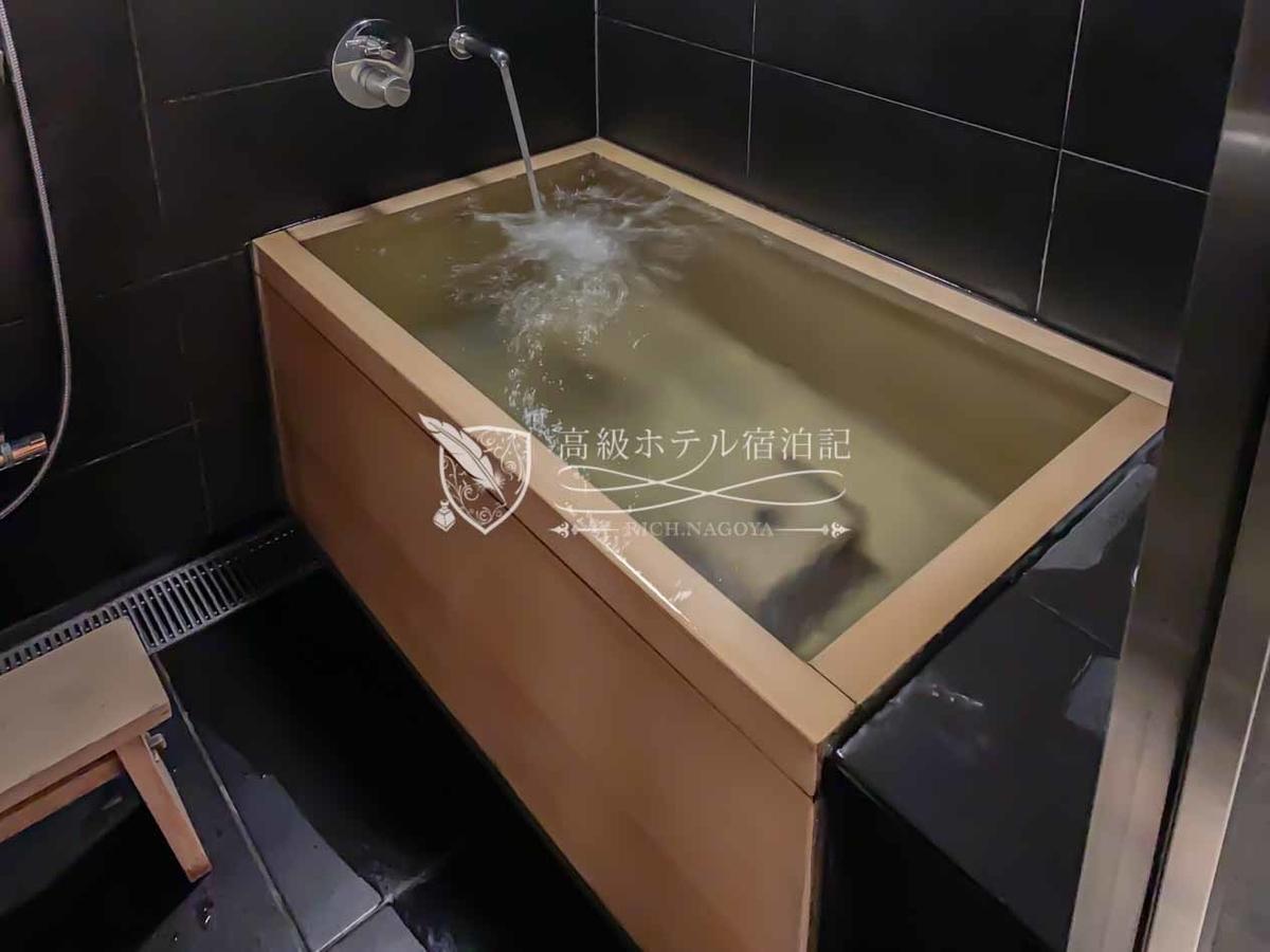 ディナーを終えて客室へ戻るとターンダウンが完了。いつでも温かい湯に浸かれるよう、浴槽のお湯を出したまま。