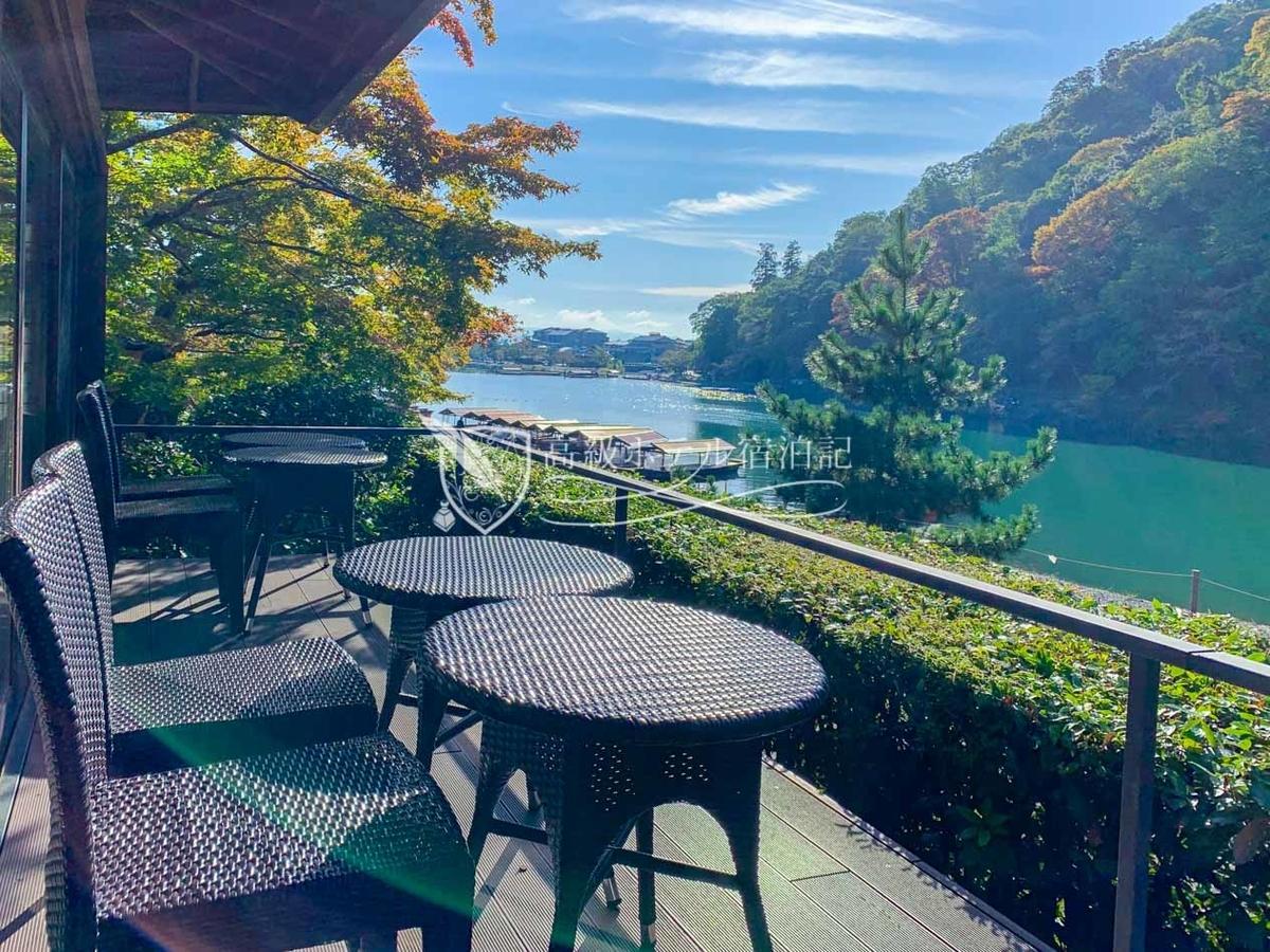 桂川と嵐山を望むテラスを備えた「茶寮 八翠」からの素晴らしい眺望。