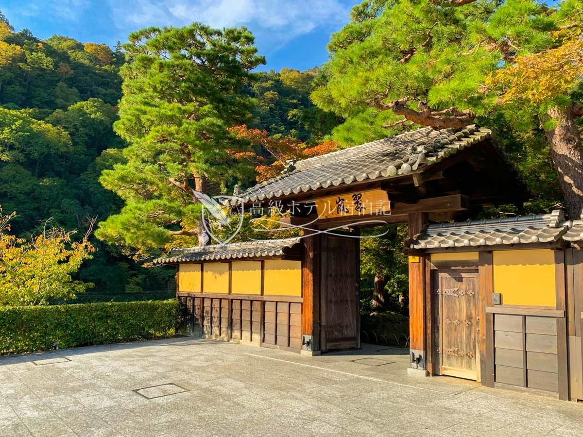 2015年、嵐山の象徴といえる渡月橋上流の桂川沿いにオープン。京都のイメージにピッタリの純和風のエクステリア。建物の多くは100年を超える歴史的建造物をリニューアル。