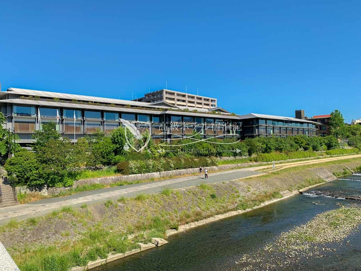 2014年、京都市役所前駅から徒歩圏・鴨川沿いのホテルフジタ跡地にオープン。関西圏で唯一フォーブス・トラベルガイドが認めた5つ星ホテル。