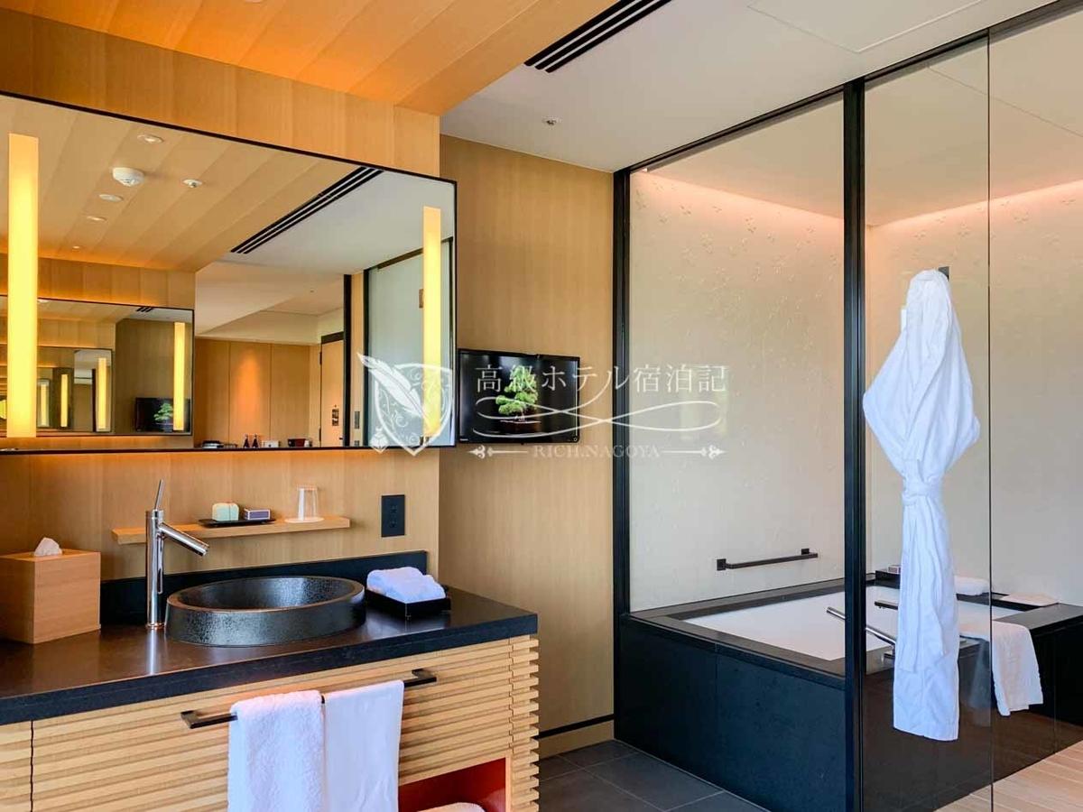 全ての客室のバスルームはすのこが敷かれた和式風呂。桜模様の壁。