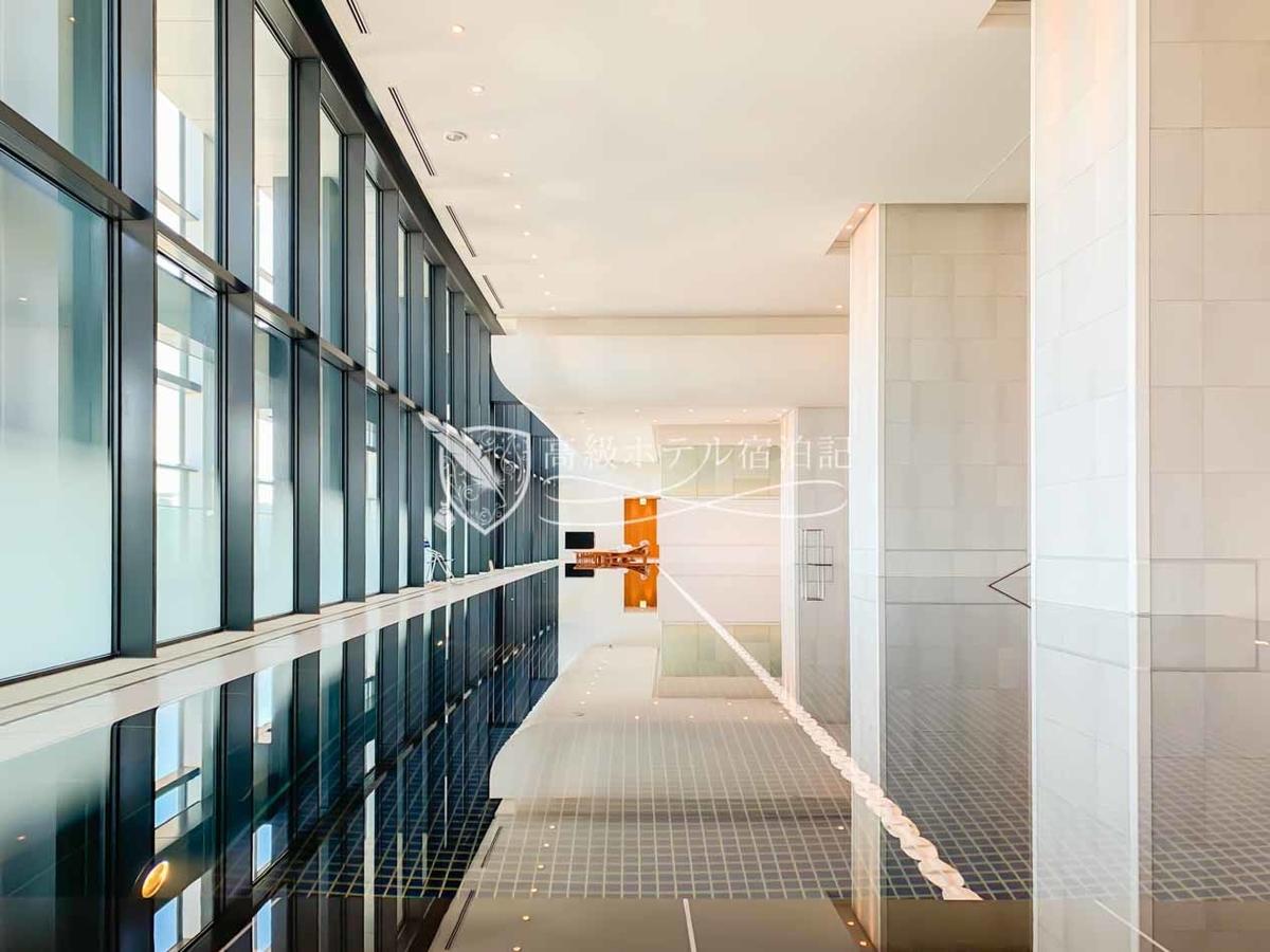 地上37階にある優雅で開放感のある屋内プール。ジェットバスやマッサージバス、サウナも充実。