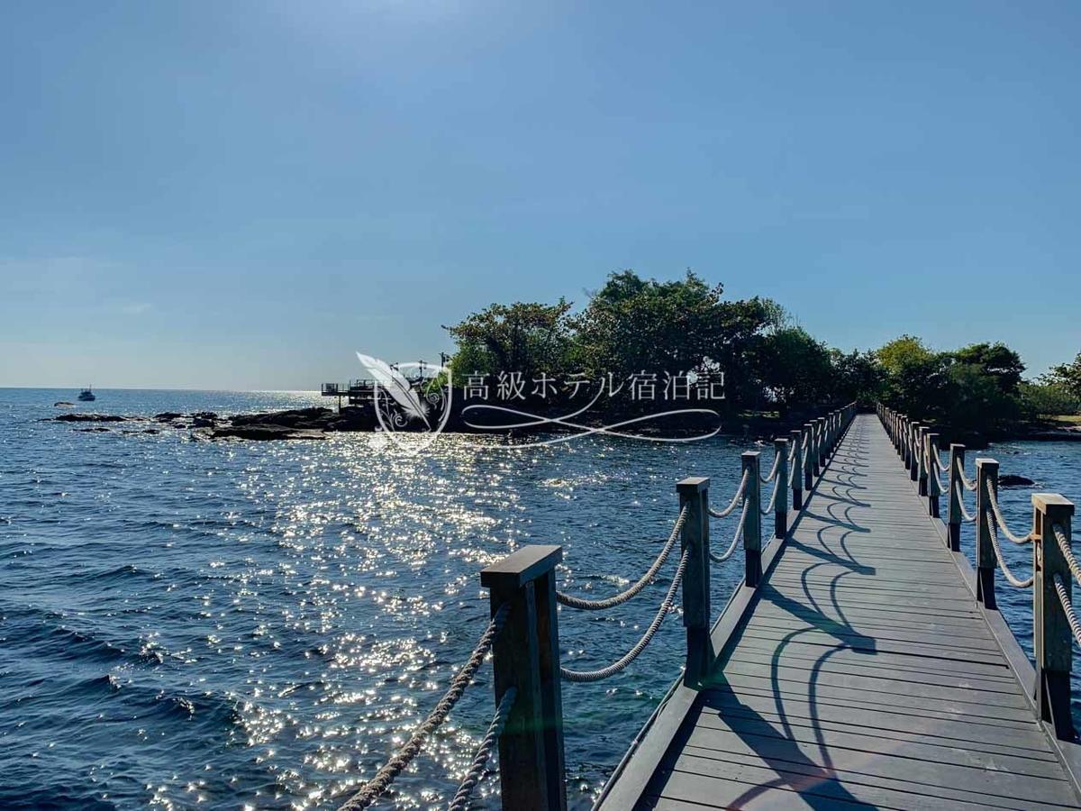 船降り場から撮影した桟橋と小島。