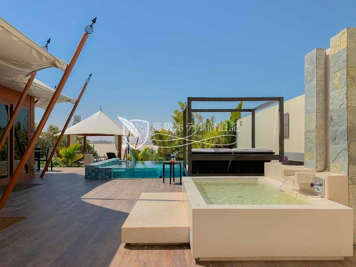 すべての客室にプライベートプールと浴槽、サンベッドが完備。プールは水温調節可能(温水)で夜間や寒いシーズンもバッチリ。