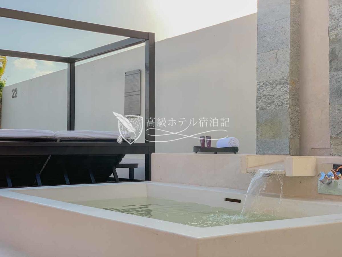 浴槽はお湯がでるけど出しっぱなしにしていると途中でお湯が出なくなることが分かった。UAEのホテルでよくある湯量制限。