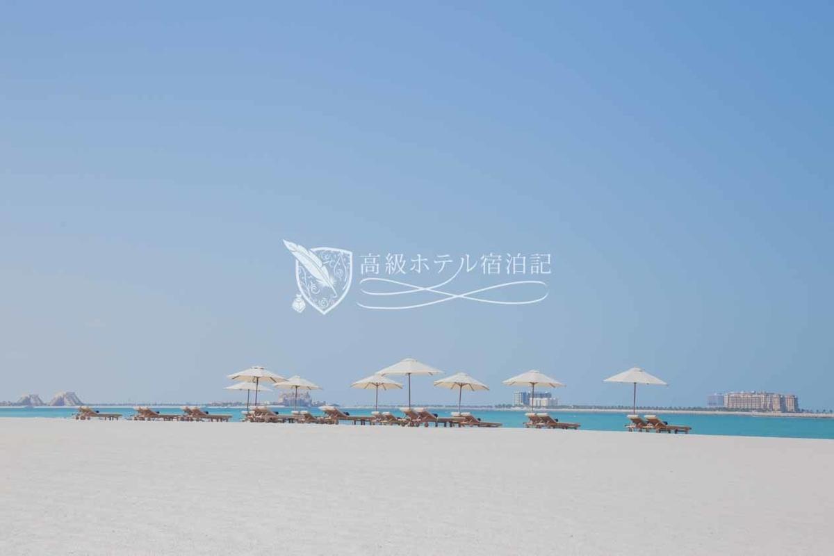 ヴィラを出ると広大な砂浜とビーチ。砂浜はかなり固めでスニーカーでも歩けた。