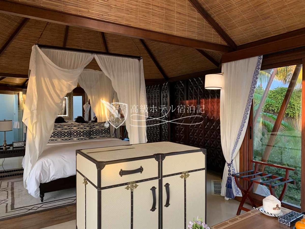 キングサイズベッドとリビングスペースが配置されたワンルームタイプ。屋外設備が充実しているので寝るだけの設備があれば十分。