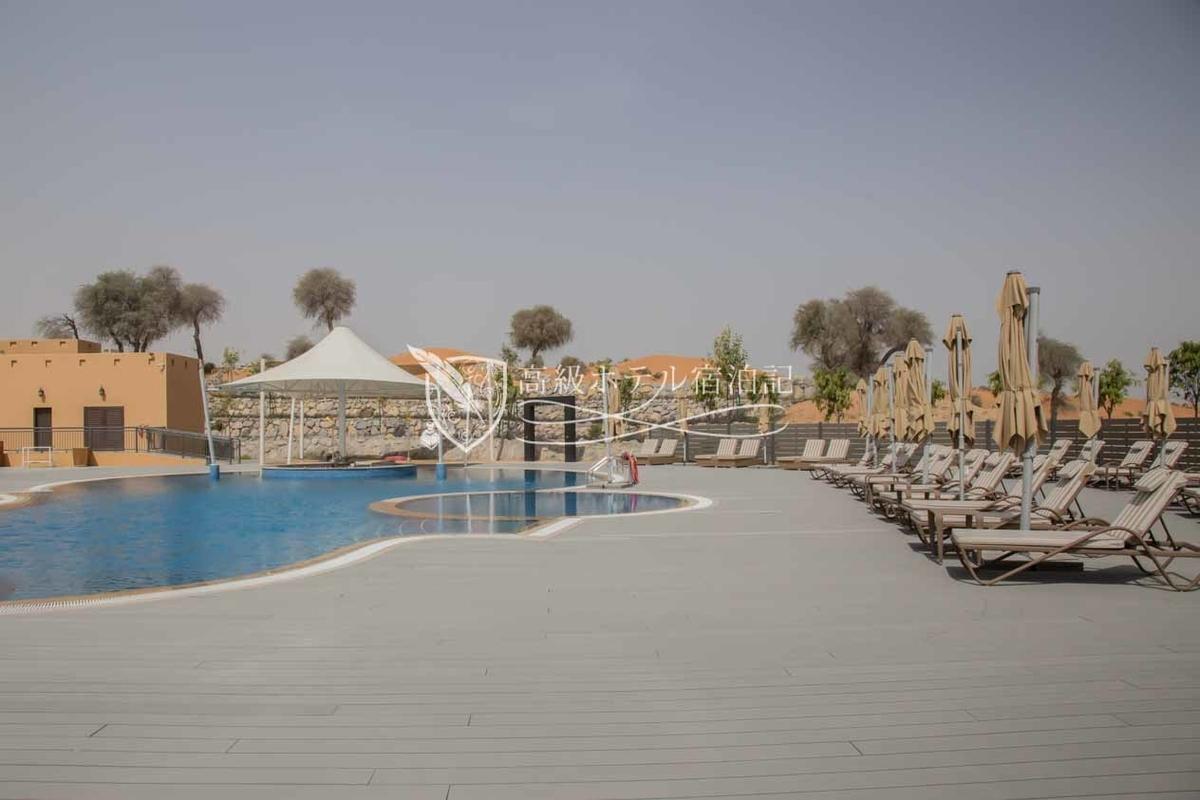 大きなプールもある。営業時間は10時~日の入りまで。11時~17時まではプール内のバーも営業(フード提供なし)。