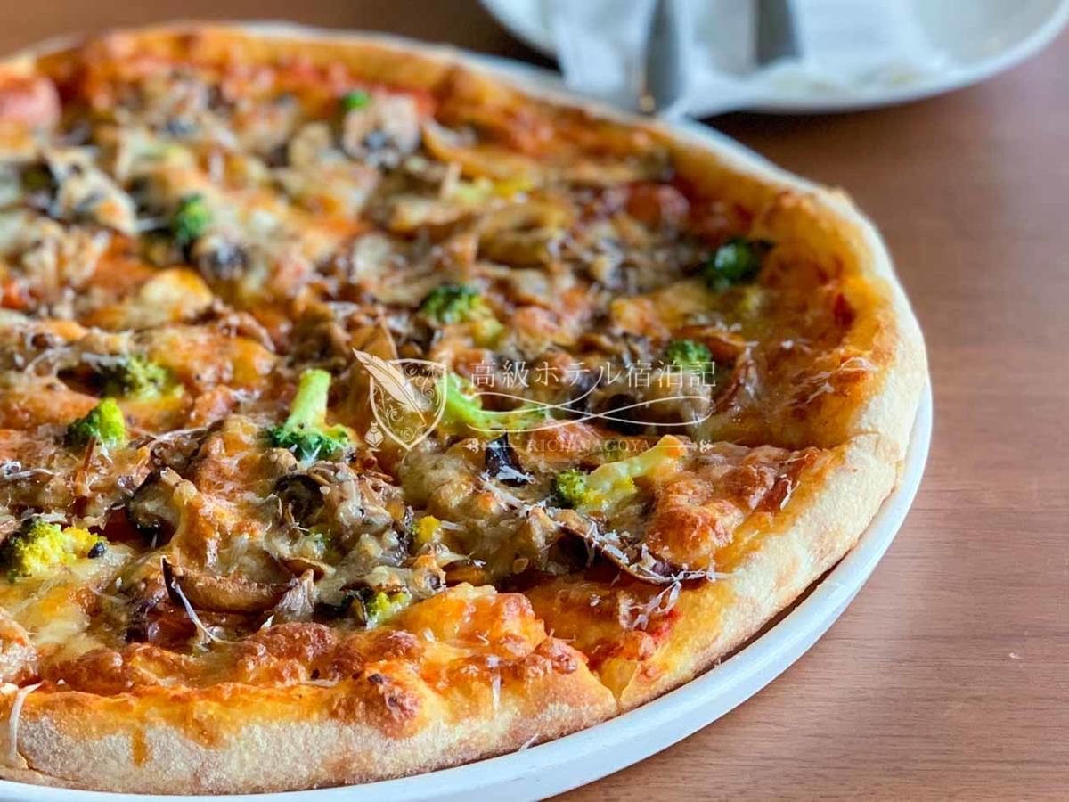 フードはアタリハズレが激しかったけど、ピザは美味!ホテル宿泊者は通常料金から10%割引。