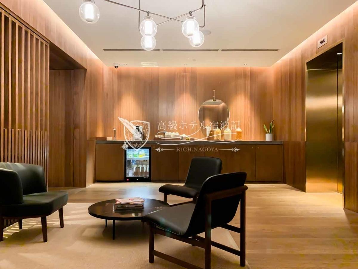 クラブラウンジはないが、代わりに各ゲストフロアのエレベーター付近に軽食やドリンクをセルフサービスで提供している。