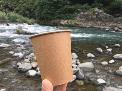 紙コップを使った鮎の串焼きの立たせ方