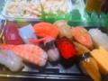 寄っちゃってますが、生協の寿司?とマカロニサラダ。