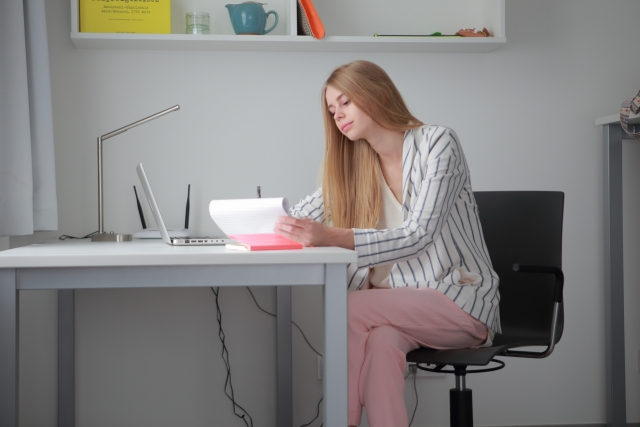 自宅で勉強する外国人女性