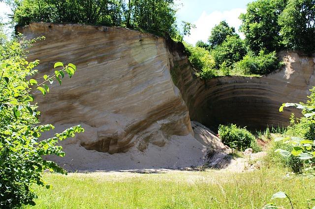 地層がむき出しの崖
