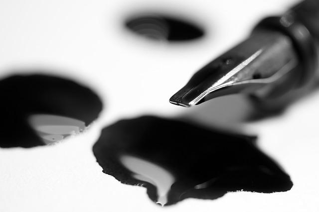 紙の上にこぼしたインクと万年筆の先端