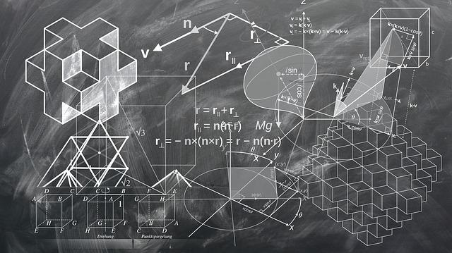 黒板にチョークで書かれた様々な図形と数式