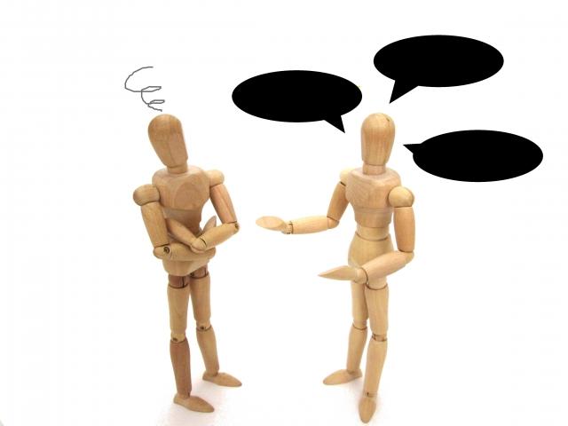 話しかける木の人形と理解できない人形