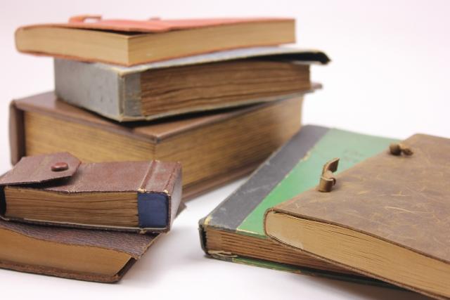 積み重ねらた古い本