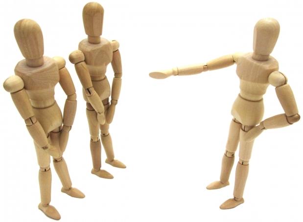 指示を出す一体の木の人形と指示を聞く二体の木の人形