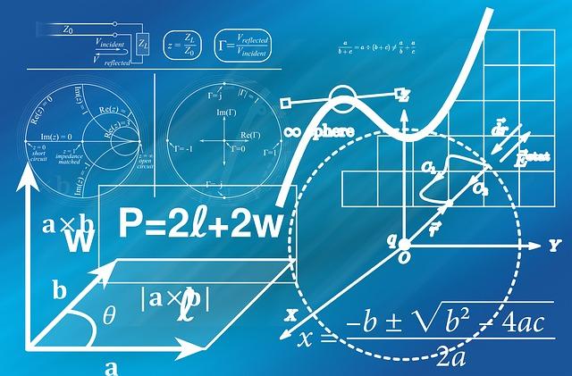 黒板に書かれた様々な数式や数学で使う図形
