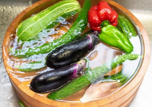 水につけた野菜