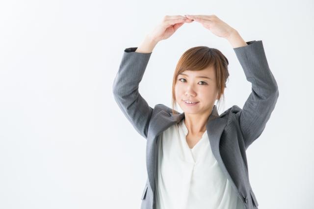 両手を挙げて丸印を作る女性