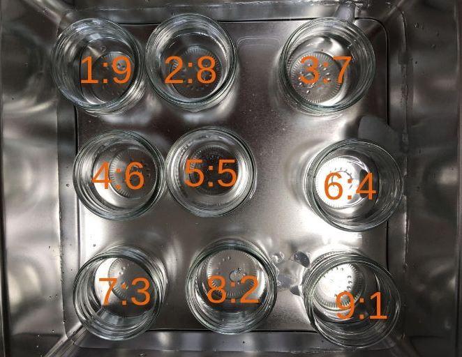 氷水を張った金属の箱に入った9つのガラスのコップ