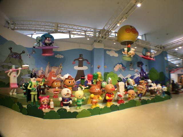 横浜・アンパンマンミュージアム3階おでむかえジオラマにてキャラクターたちがお出迎え