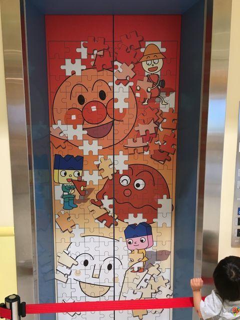 横浜・アンパンマンミュージアムのエレベーターに描かれた可愛いイラスト