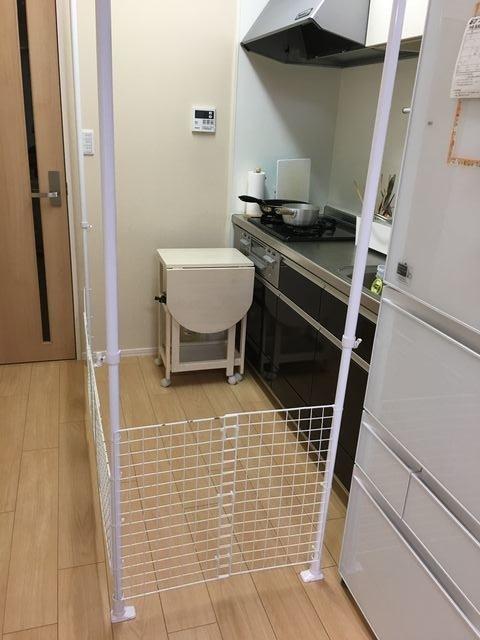 ニトリの突っ張り棒とダイソー100均のワイヤーネットで、キッチンのベビーゲートをDIYする方法:
