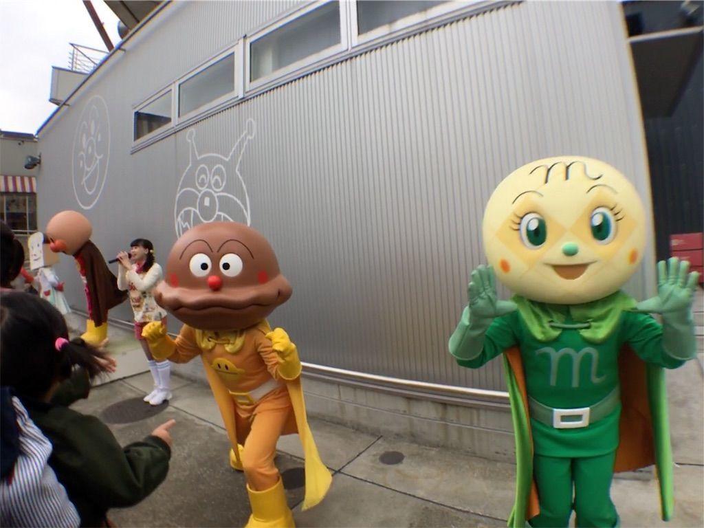 アンパンマン、食パンマン、カレーパンマン、メロンパンナちゃんが横浜・アンパンマンミュージアムの開園前のお出迎えをしてくれました