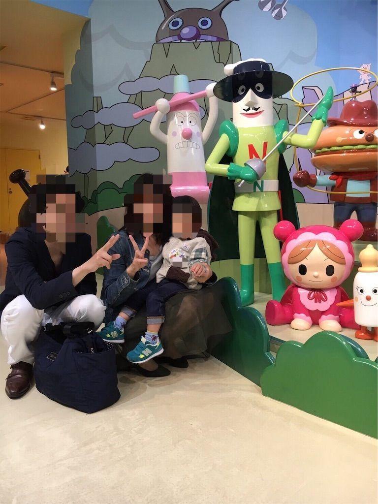 横浜・アンパンマンミュージアム3階にて、あかちゃんマン、ナガネギマン、ハミガキマンたちと記念写真