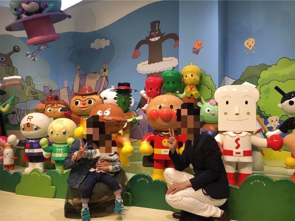 横浜・アンパンマンミュージアム3階にてアンパンマン、ショクパンマン、カレーパンマン、メロンパンナちゃん、ロールパンナちゃん、ニガウリマンたちと記念写真