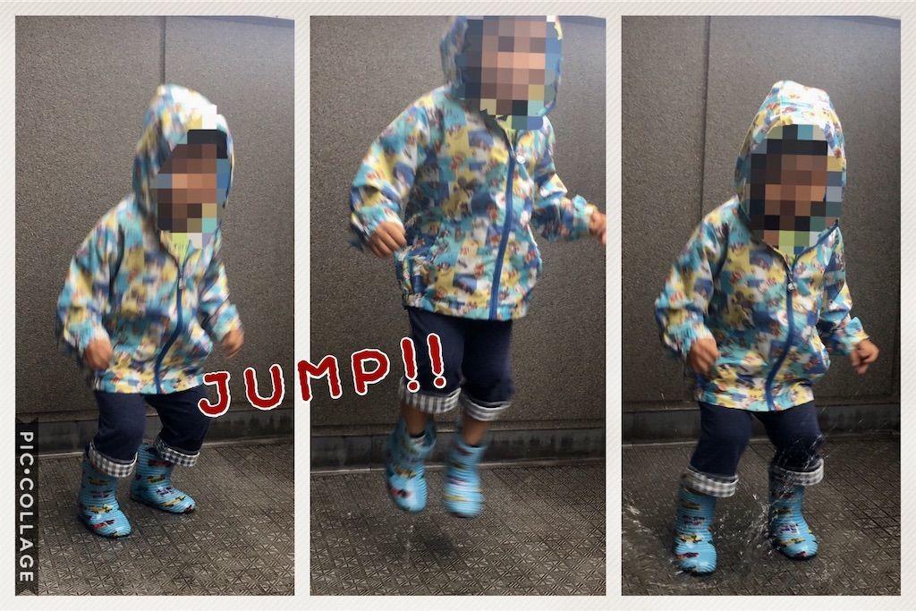 水たまりに勢いよくジャンプする3歳の男の子を連写