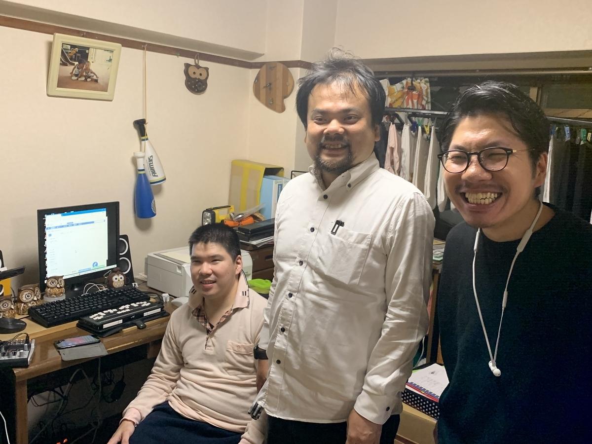 写真:ふくろうアシストへ訪問した際の記念撮影。河和さん、中根さん、RyoAbeが笑顔で写っている