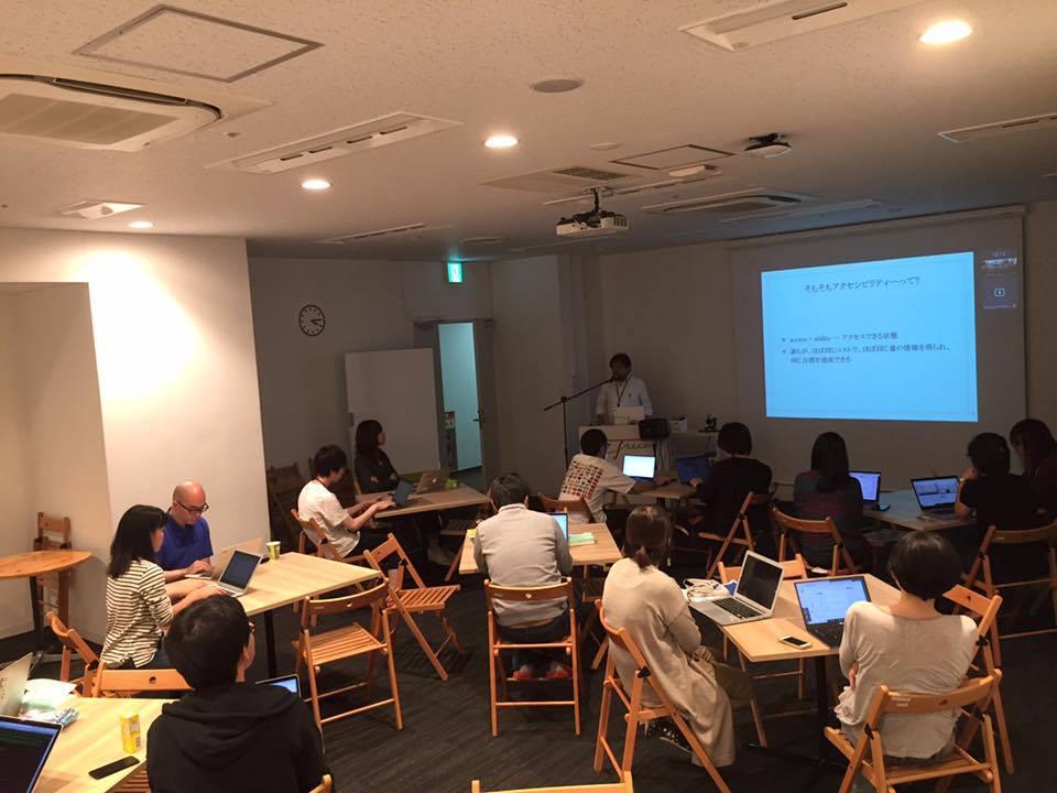写真:中途入社向けの社員研修の様子。中根さんがアクセシビリティについてプレゼンテーションを行っている。