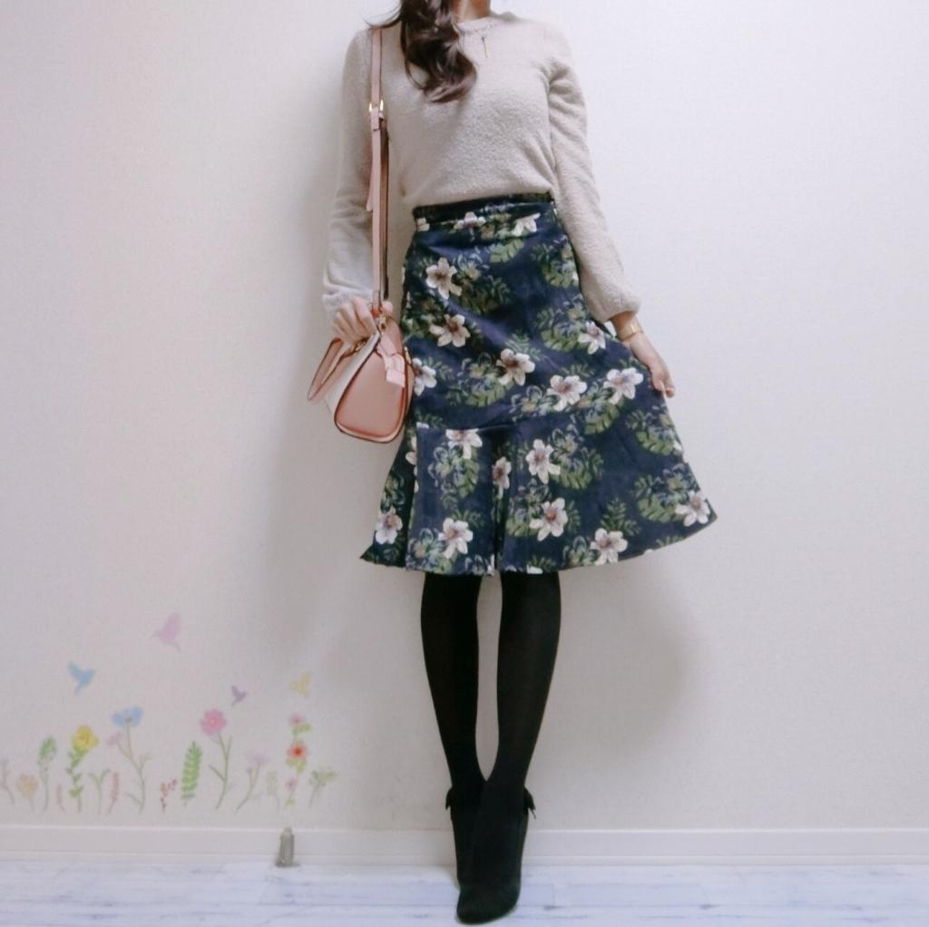 愛されニット+花柄スカートのコーデ
