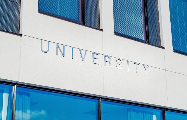 universityと書かれているビルディング